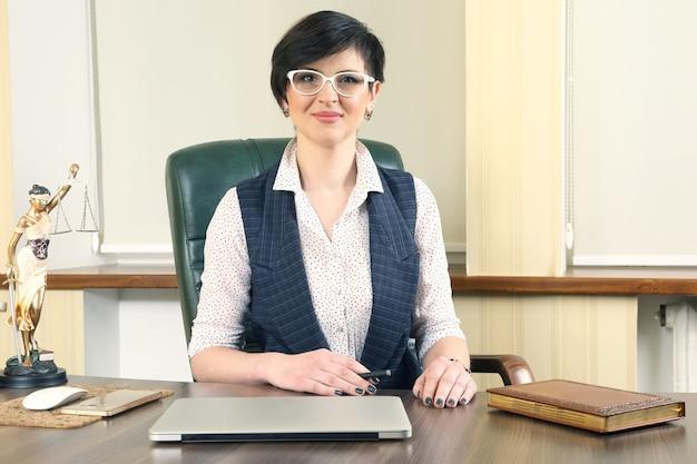 사무실에서 직장에서 성공적인 여성 변호사. 옹호 및 법적 활동