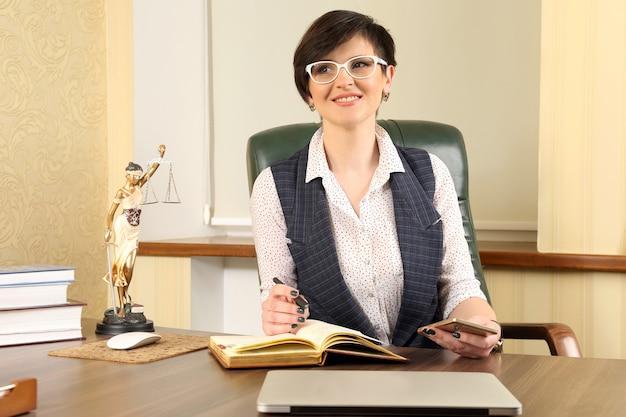 사무실에서 직장에서 성공적인 여성 변호사