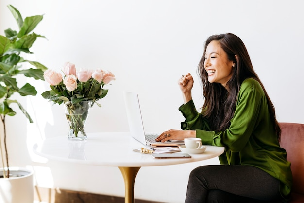 Успешная женщина, работающая дома