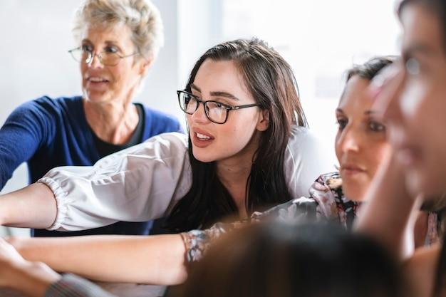 회의에서 손을 쌓는 성공적인 여성