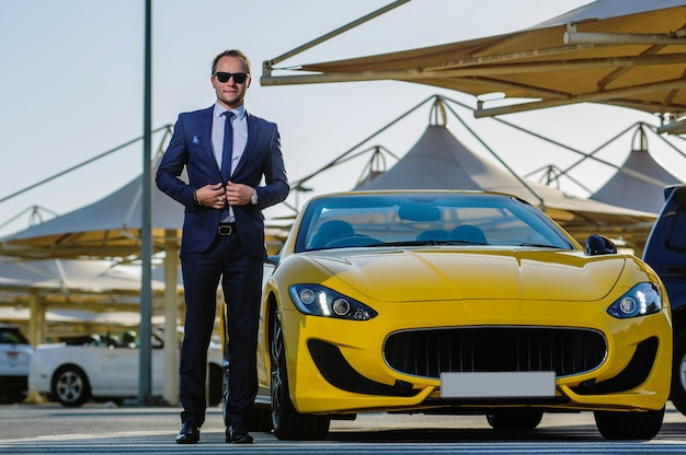 Успешный бизнесмен ян в желтом кабриолете.