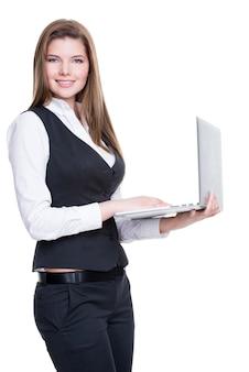 Computer portatile riuscito della tenuta della giovane donna di affari - isolato su bianco.