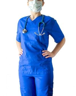 Успешная молодая женщина-врач, уверенно стоя с руками на бедрах