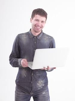 흰색 배경에 열려 있는 laptop.isolated와 성공적인 젊은 남자