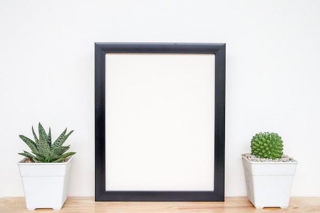 多肉植物やサボテンをコンクリートポットに入れ、棚の上に白い背景を重ね、フレームをモックアップする