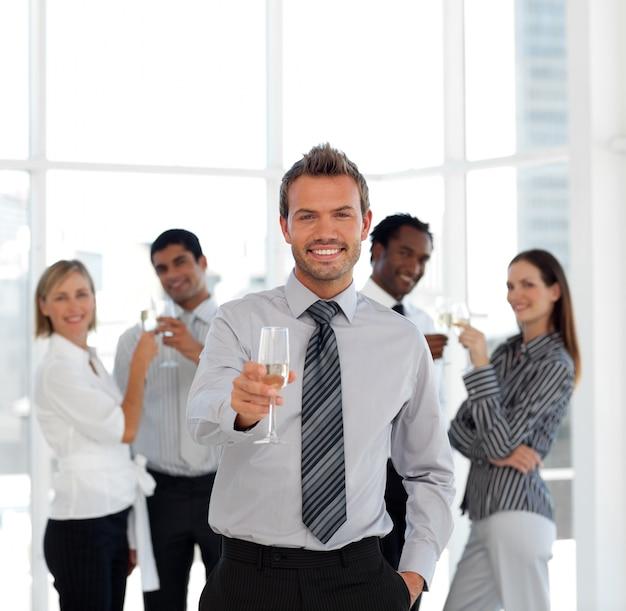 成功したビジネスチームの飲酒シャンパン