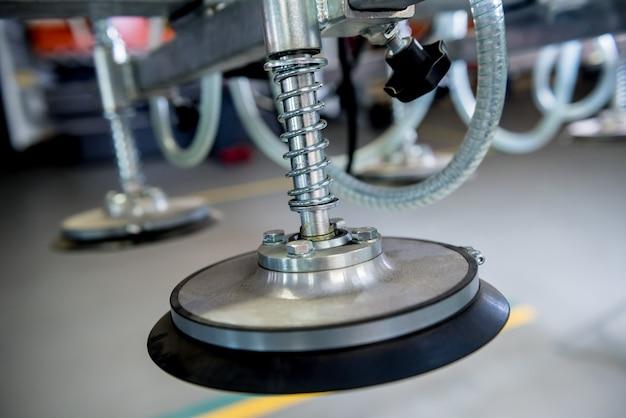 大きな金属板を輸送するための吸盤装置。