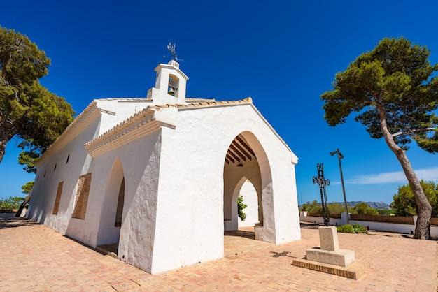 수에카 스페인 은둔자 언덕 위의 흰색 작은 건물 o