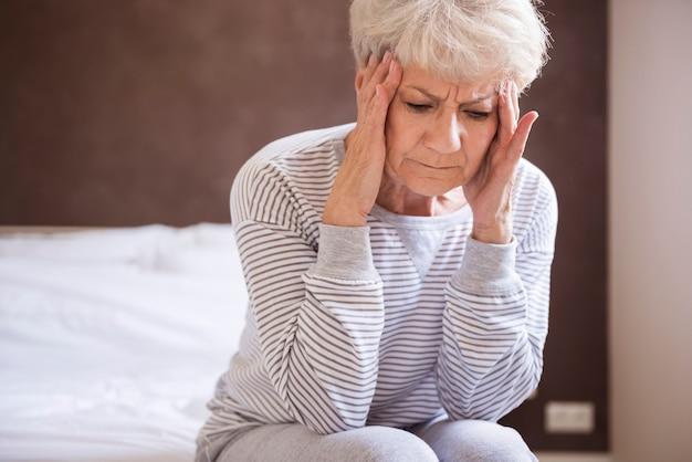 Страдает от сильной головной боли