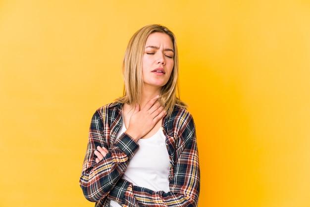 Страдает болью в горле из-за вируса или инфекции.