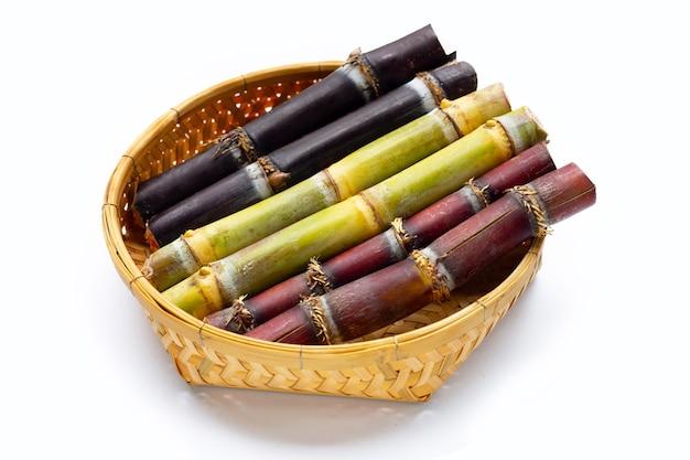 흰색 바탕에 대나무 바구니에 사탕수수입니다.