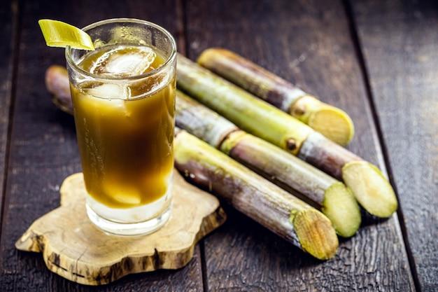 Сок сахарного тростника или гарапа, напиток, богатый сахарозой, типичный бразильский холодный напиток.