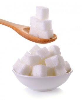 スプーンとボウルに分離された砂糖キューブ