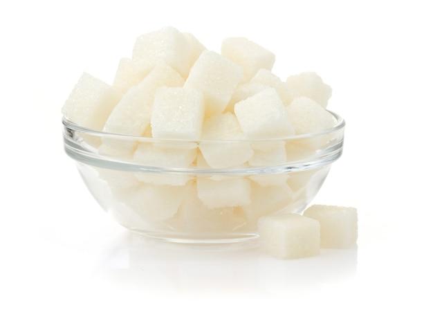 白で隔離ボウルの角砂糖