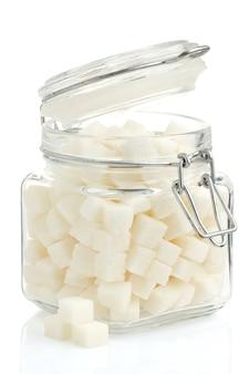 白で隔離の鍋の角砂糖