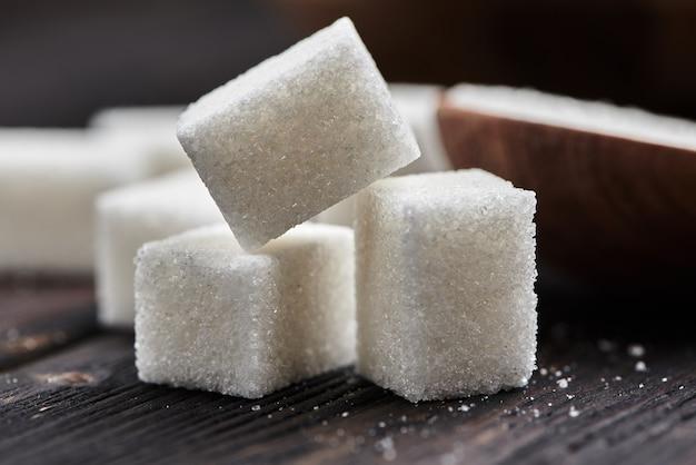 木製の背景に角砂糖