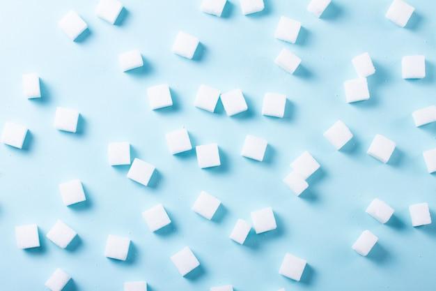 Кубики сахара на синем фоне, плоская сцена