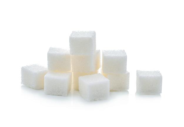 Кубики сахара на белом фоне