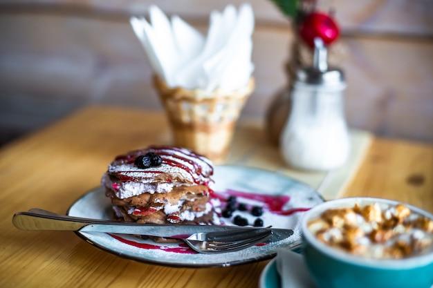 Сахарные десертные лепешки с ягодами и джемом концепция завтрака