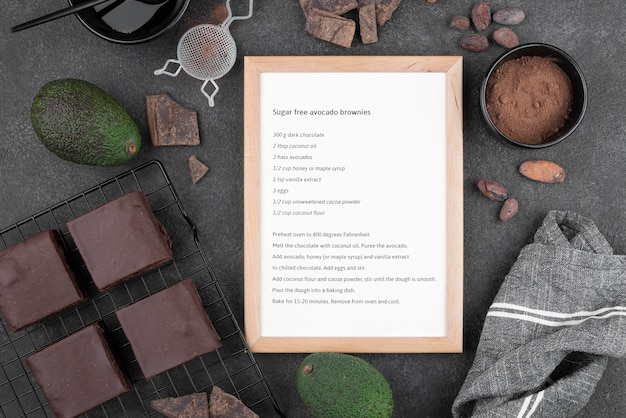 Brownies di avocado senza zucchero flat lay