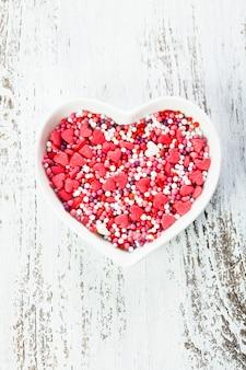 プレートの砂糖の心-バレンタインケーキのデコレーション