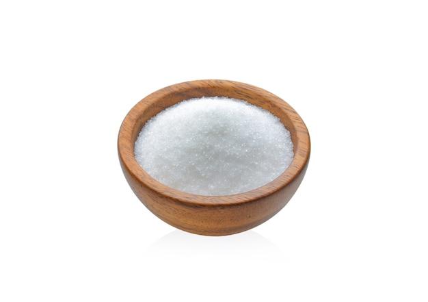 白で隔離の木製カップの砂糖