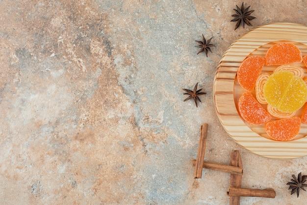 Sugar marmalade with star anise and cinnamon sticks