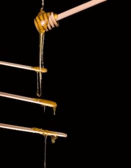 나무 국자에서 나무 주걱으로 설탕을 바르기 위한 설탕 페이스트 또는 미용 왁스 제모