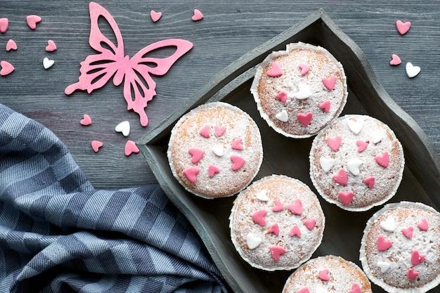Обсыпанные сахаром маффины с розово-белой помадной глазурью сердца