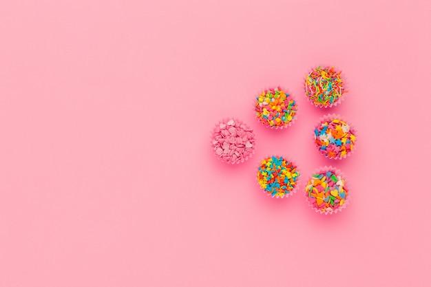 砂糖を振りかける、ケーキとアイスクリーム、ピンクの背景のクッキーの装飾