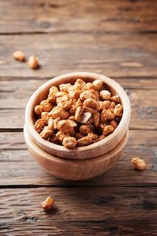 Засахаренный арахис на деревянном столе