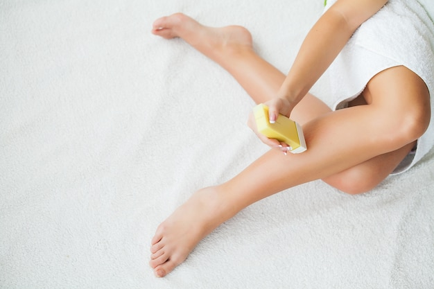 Sugaring: epilation with liquate sugar at legs