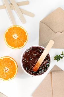Sugaring, концепция сахарной депиляции, уход за телом. текстура медовой пасты для удаления волос. апельсиновая паста для депиляции.