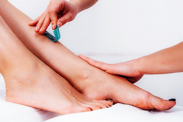 Обсахаривания. сахарная депиляция. удаление волос на ногах с использованием сахарной депиляции.