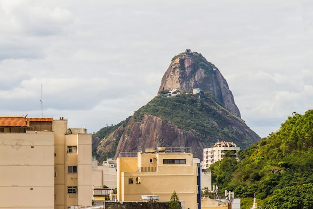 Sugarloaf mountain seen from the top of a building in the botafogo neighborhood in rio de janeiro