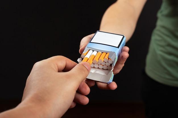 タバコを提案します。手はタバコからのパックの害から取る