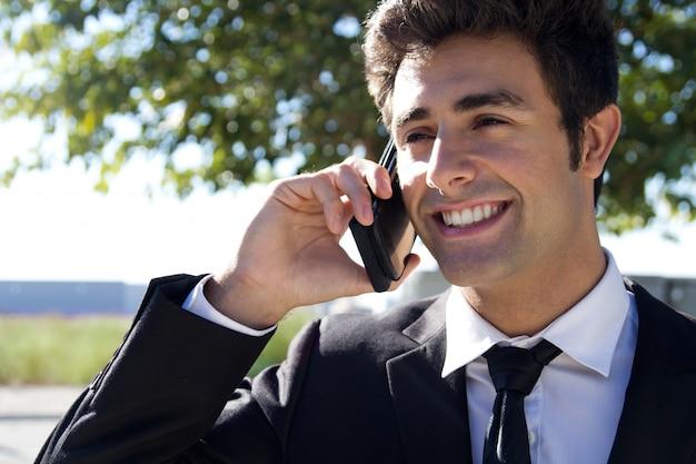スーツのビジネスマンの従業員屋外モバイル