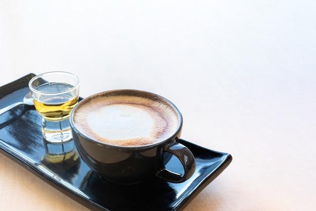 코스터에 신선한 커피와 차 한 벌