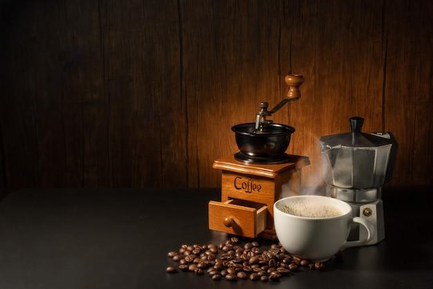 모카 포트, 그라인더 및 커피 콩을 넣은 커피 컵 한 벌