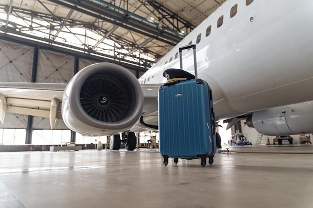 空の空港格納庫のエアスチュワーデスのスーツケース