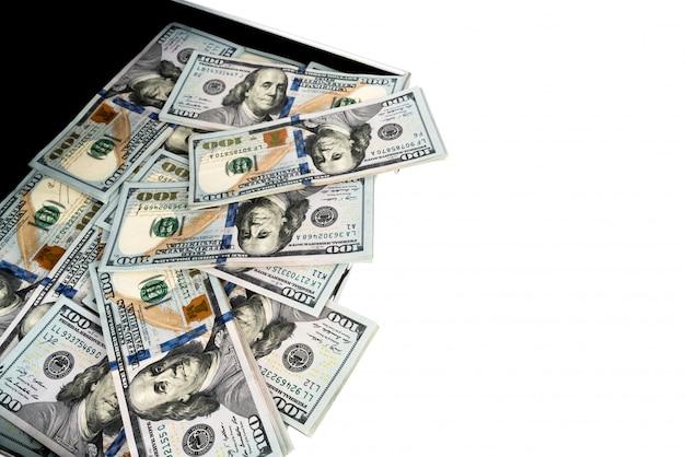 Чемодан денег с сто доллара на белом фоне