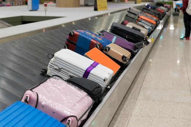 공항에서 컨베이어 벨트가 달린 가방 또는 수하물.