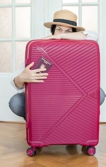 Чемодан розовый паспорт большой багаж багажная шапка летняя дверь