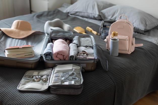 Техника чемодана закрепляет оборудование на постельном пакете или хранит вещи, одежду и аксессуары.