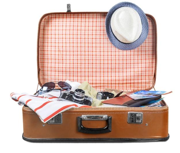 의류 및 기타 여행 액세서리가 포함된 여행 가방