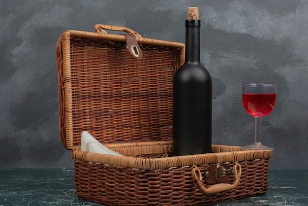 大理石の壁にジュースとダークボトルのグラスが入ったスーツケース。