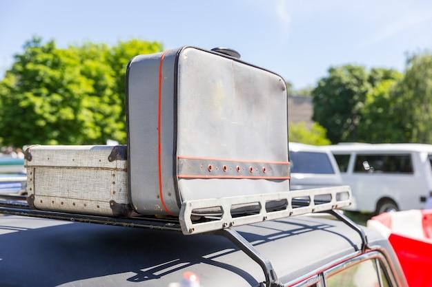 車の上部にあるスーツケース