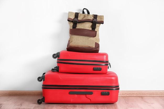 흰 벽에 가방입니다. 여행 컨셉