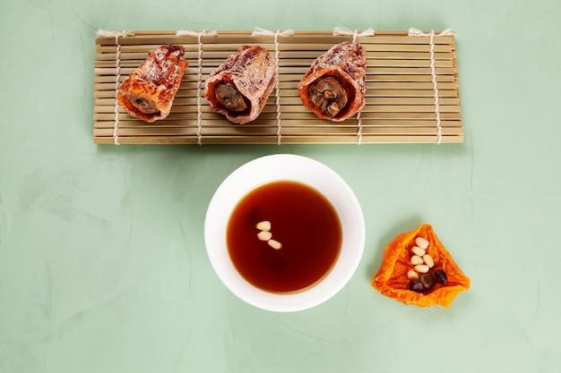 Корейский пунш суджонгва с корицей и сушеной хурмой вид сверху