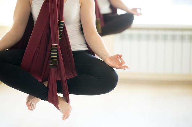 Сухасана йога позирует в гамаках